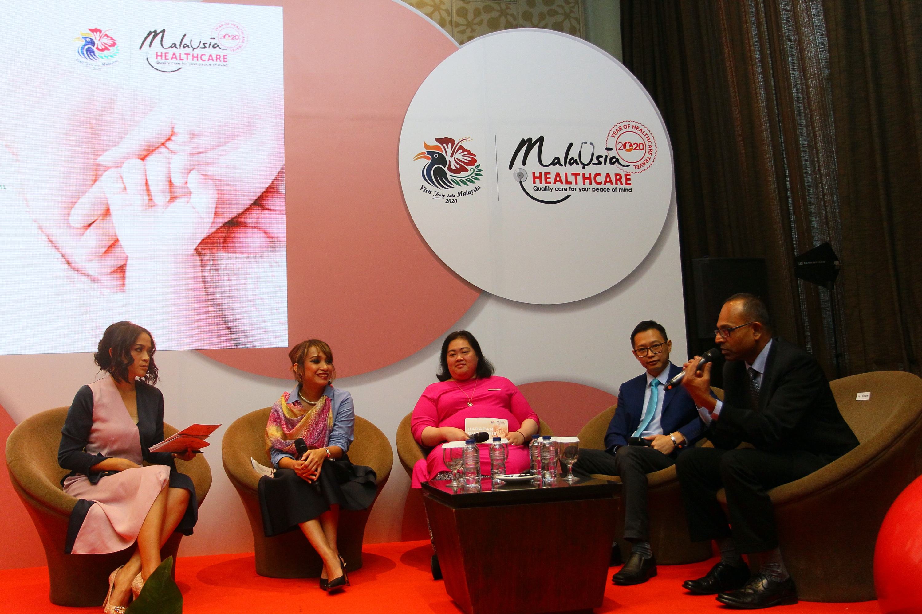 hadir pada talkshow kemarin, dari kanan ke kiri Dr. Eeshon Shintamoney from Sunfert International Fertility Centre, Dr. Lam Wei Kian from Alpha Fertility Centre, Nik Yasmin Nik Azman, CCO MHTC, Ms.Jochbeth Selvy Wirata, IVF Warrior, Master of Ceremony